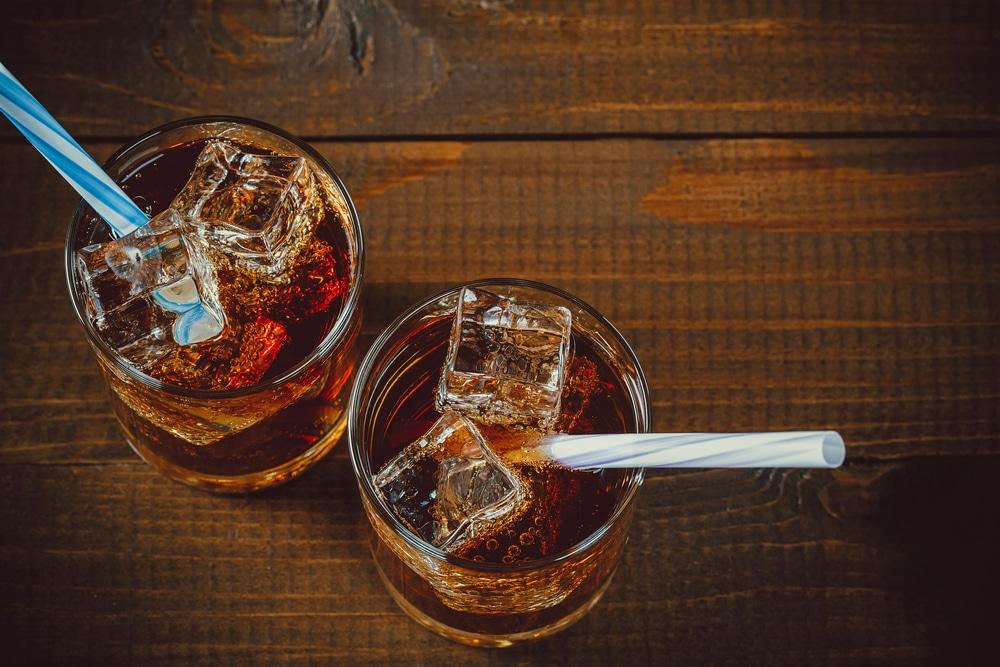 Приготовление напитка из виски и колы