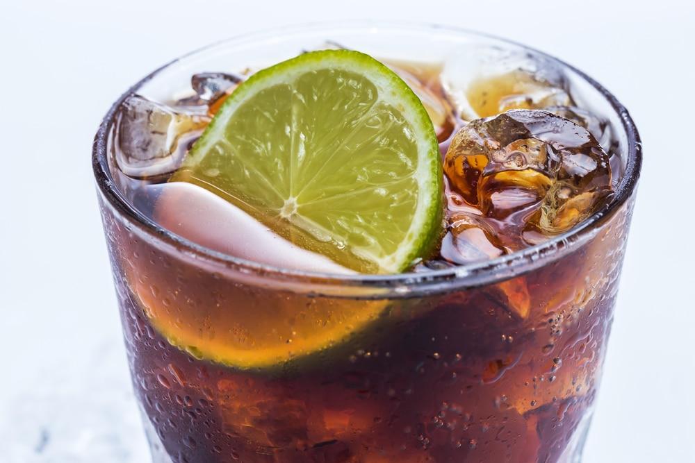 Подача коктейля виски с колой